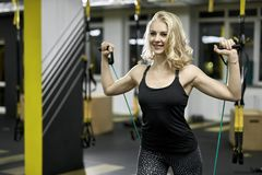 Athletisches Mädchen trainiert in der Turnhalle Lizenzfreie Stockfotos