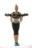 Athletisches Mädchen trainiert mit Dummköpfen Stockbilder