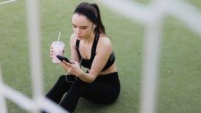 Athletisches M?dchen trinkender Smoothie stock video footage