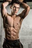 Athletisches Mann-Biegen Stockfotografie