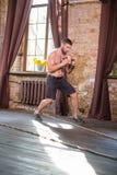 Athletisches Mannausarbeiten, Dummköpfe halten stockbild
