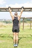 Athletisches Manntraining und -c$trainieren, im Freien stockbild