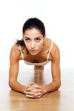 Athletisches Mädchen, das Übungen ausdehnend tut Stockbilder