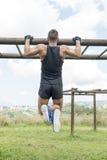 Athletisches muskulöses Mannliegestütz, im Freien lizenzfreie stockfotos