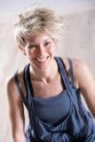 Athletisches schönes blondes Frauenlachen Lizenzfreie Stockfotografie