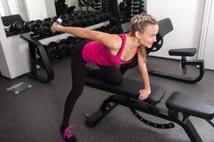 Athletisches Training der jungen Frau mit Dumbbell Lizenzfreie Stockbilder