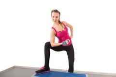 Athletisches Training der jungen Frau mit Dumbbell Stockfoto