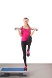 Athletisches Training der jungen Frau mit Dumbbell Lizenzfreie Stockfotos