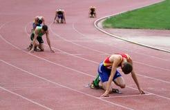 Athlets compete em 400 medidores de raça Fotografia de Stock Royalty Free