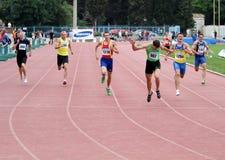Athlets compete em 400 medidores de raça Imagem de Stock Royalty Free