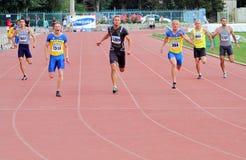 Athlets compite en 200 contadores de raza Imagenes de archivo