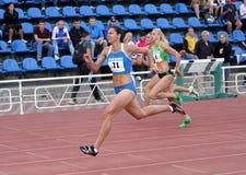 Athlets concurreert in 100 meters ras Stock Afbeelding