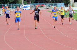 Athlets concurreert in 200 meters ras Stock Afbeeldingen