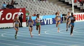 Athlets concurrencent dans les 400 mètres de chemin Images libres de droits