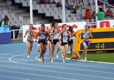 Athlets concurrencent dans les 800 mètres de chemin Images stock