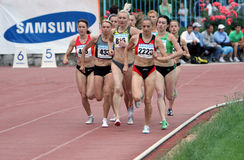 Athlets konkurrieren in 5000 Metern Rennen Stockbilder