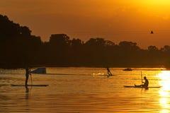 Athlets Watersports на wakeboarding и МАЛЕНЬКОМ ГЛОТКЕ захода солнца стоковое изображение