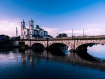 Athlone桥梁和河天 免版税库存照片