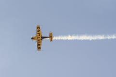 Athènes, Grèce le 13 septembre 2015 Fin des acrobaties aériennes faisantes plates d'un aviateur à l'exposition de vol de semaine  Photo stock