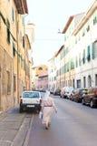 Atholiczuster die door de straat lopen stock fotografie