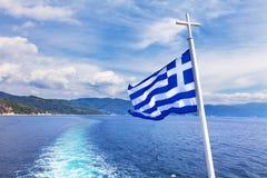 Athos och den grekiska flaggan Arkivbild