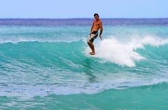 Atilla Jobbagyi que practica surf en Waikiki, Hawaii Foto de archivo libre de regalías