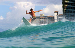 Atilla Jobbagyi surfant chez Waikiki, Hawaï image libre de droits