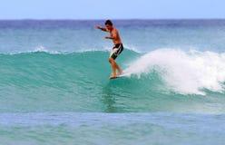 Atilla Jobbagyi surfant chez Waikiki, Hawaï Image stock