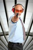 Atirador com a arma na escala de tiro fotografia de stock