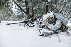 Atirador furtivo e observador em algum lugar acima do círculo ártico Foto de Stock