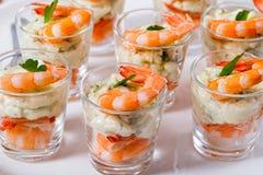 Atiradores individuais do camarão do cocktail com o aiol caseiro delicioso Foto de Stock