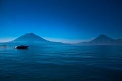 atitlan小船de危地马拉lago 库存照片