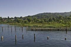 Atitlan Santiago - waterkant royalty-vrije stock foto's