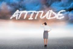 Atitude contra o fundo nebuloso da paisagem Fotografia de Stock Royalty Free