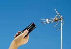 Ativando uma tevê da antena de Digitas imagem de stock