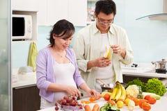 Atividade asiática dos pares na cozinha Fotografia de Stock Royalty Free