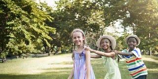 A atividade brincalhão do divertimento da infância das crianças da criança caçoa o conceito Foto de Stock