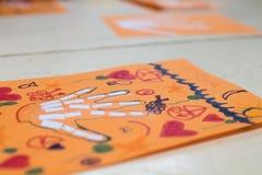 Atividade científica para crianças, desenho e colagem do bon fotografia de stock royalty free
