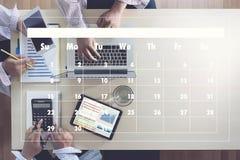 Atividade da agenda no homem de negócio do conputer que faz a agenda Informati foto de stock royalty free