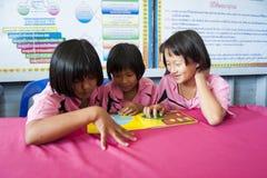 Atividade de aprendizagem na sala de aula fotografia de stock
