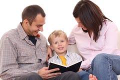 Atividade de lazer - família lida Imagens de Stock Royalty Free