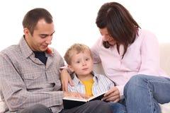 Atividade de lazer - leitura da família Foto de Stock Royalty Free