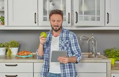 Atividade de lazer na cozinha foto de stock royalty free