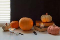 Atividade do divertimento da família - abóboras cinzeladas em jaque-o-lanternas para o fim do Dia das Bruxas acima Fotografia de Stock