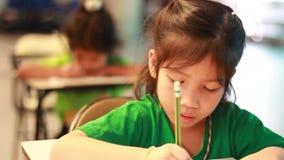 Atividade do jardim de infância de ensino Os estudantes do jardim de infância estão aprendendo video estoque