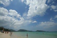Atividade do turista na praia tropical da ilha de Phuket Imagens de Stock Royalty Free