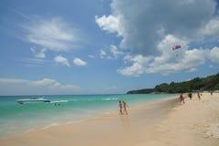 Atividade do turista na praia tropical da ilha de Phuket Imagens de Stock
