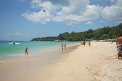 Atividade do turista na praia tropical da ilha de Phuket Fotografia de Stock Royalty Free