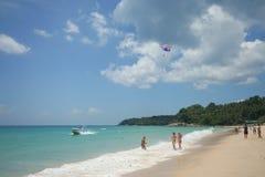 Atividade do turista na praia tropical da ilha de Phuket Fotografia de Stock