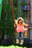 Atividade do verão Criança pequena que joga no verão Menina de riso feliz da criança no balanço fantasia da infância liberdade ad fotos de stock royalty free